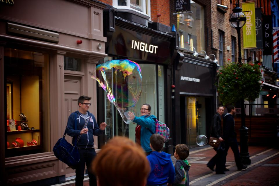 magic, bubble, kids, children, people, smile, smiling, happy, sidewalk, buildings, stores, shops, Grafton Street, Dublin, city, fun