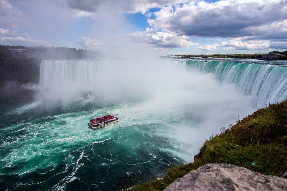 nature, water, waterfalls, raging, waters, splash, ripples, boat, cliff, grass, sky, clouds, horizon, niagara