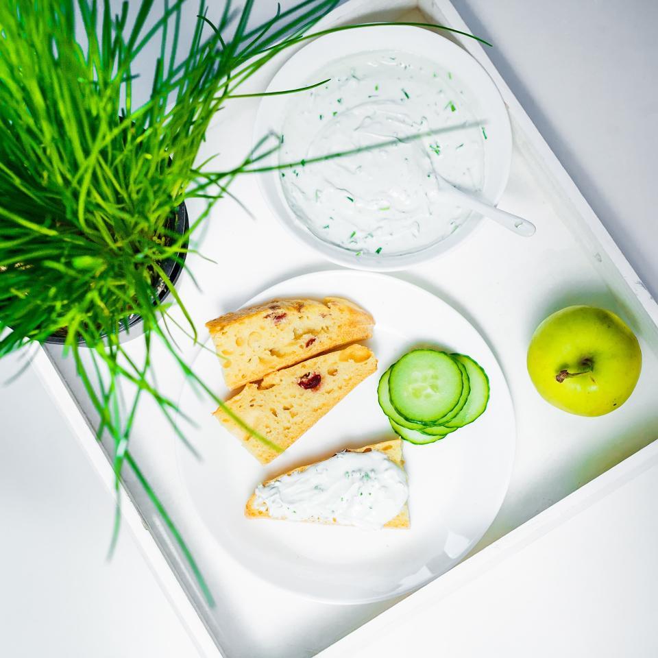 bread, pie, slice, bake, food, eat, sauce, cucumber, vegetation, apple, fruit, health, breakfast, lunch, dinner, plate, spoon, bowl, white, green, leaves