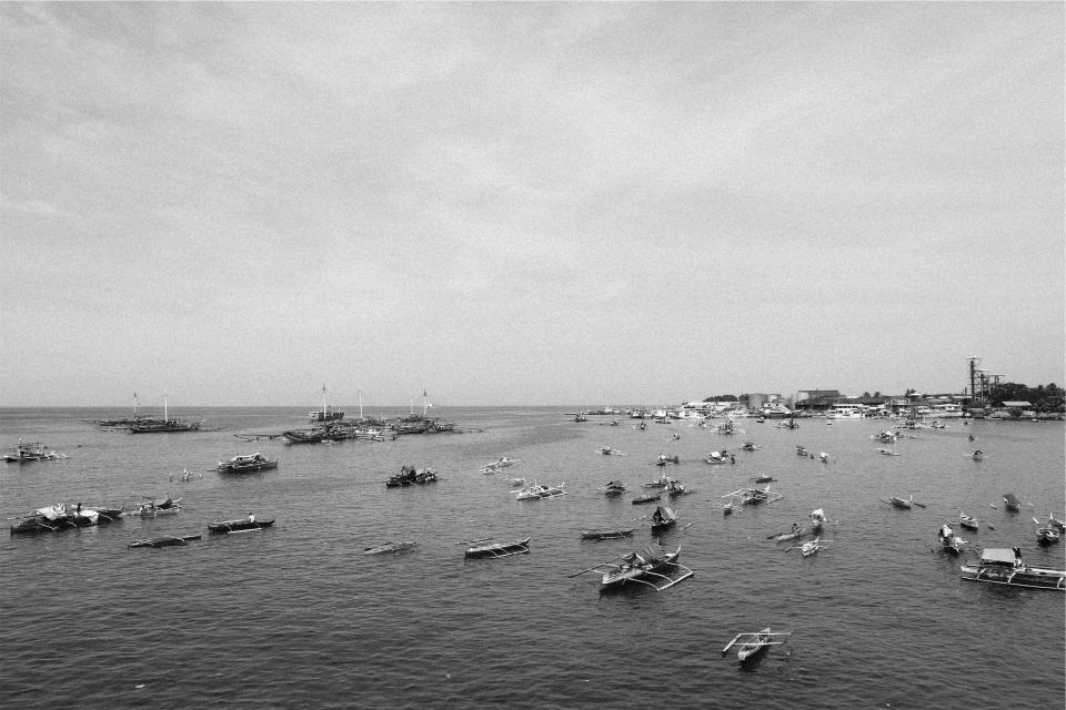 boats, ships, ocean, sea, sky, harbor, harbour, marina, black and white