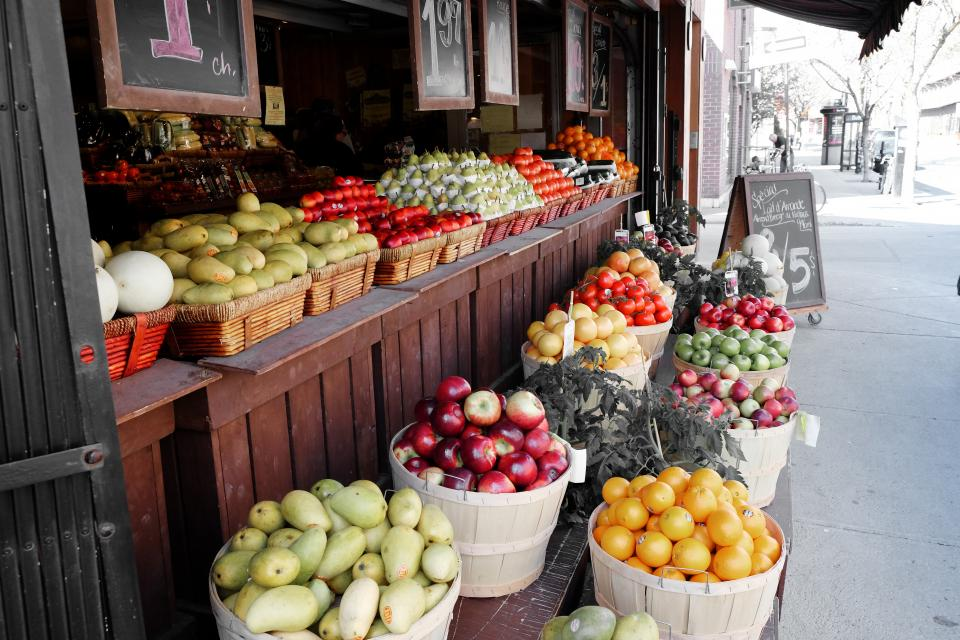 fruits, vegetables, street, market, pears, apples, oranges, mangos, tomatoes, cantaloupe, baskets, prices