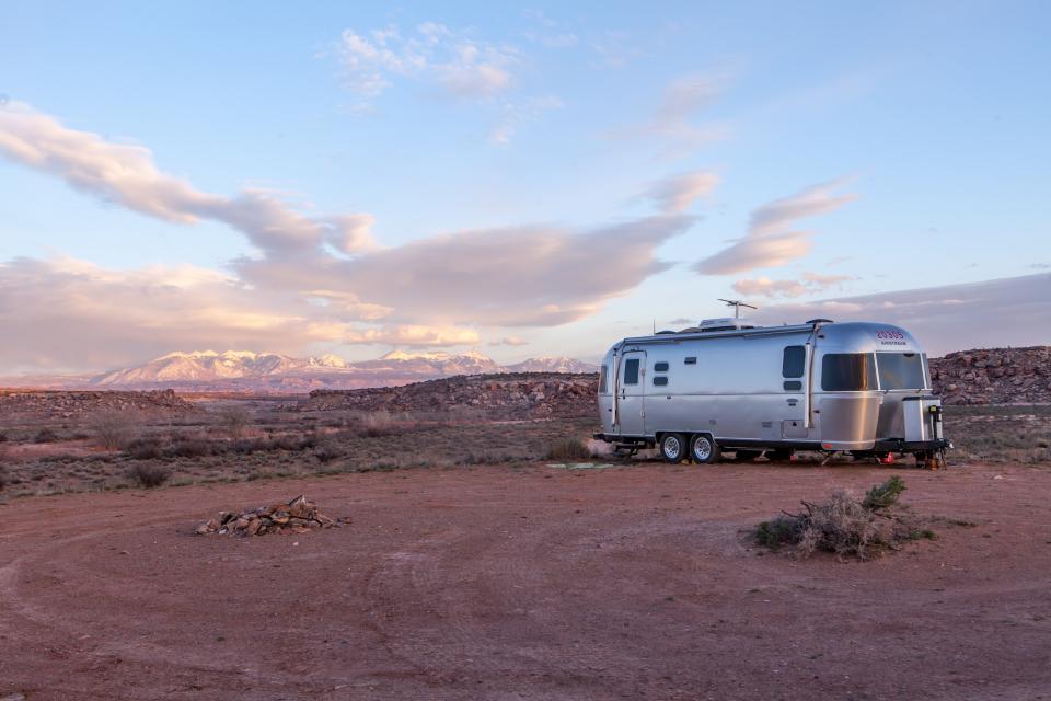 nature, landscape, desert, dirt, soil, camp, rocks, sky, clouds, horizon, RV, trailer, house, transportation