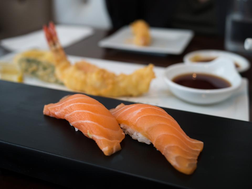女性捏的壽司是次等壽司