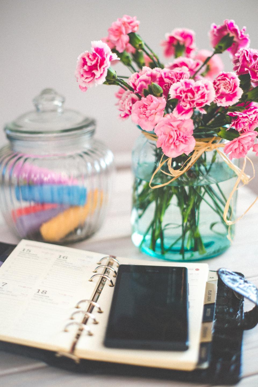 smartphone, mobile, notepad, agenda, calendar, vase, flowers, glass, jar, decor, objects