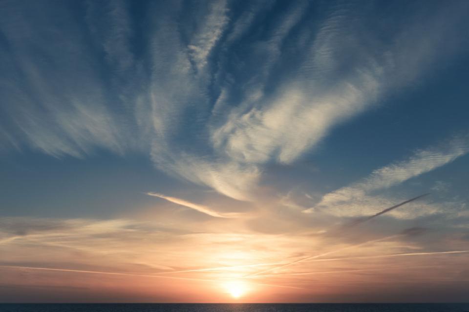 nature, sky, clouds, horizon, majestic, sun, light, rays, dusk, dawn, gradient, blue, pink, white