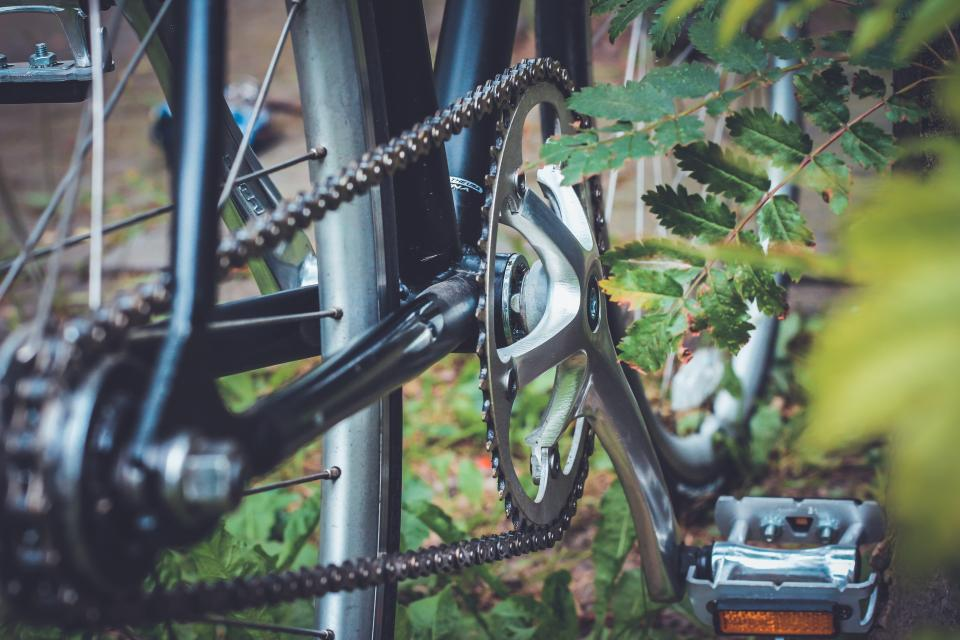 still, items, things, bicycles, parking, gear, cogs, pedal, plants, bokeh